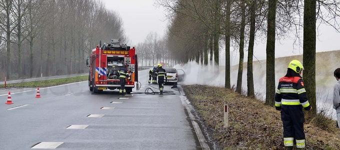 Auto vliegt spontaan in brand
