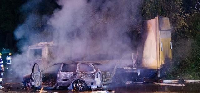 Vrachtwagen en personenauto branden uit