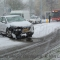 Auto botst door sneeuwval tegen boom