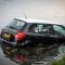 Twee personenauto's zijn te water geraakt