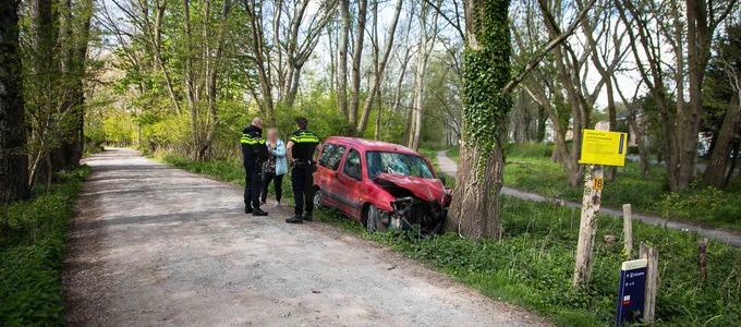 Auto botst tegen boom, bestuurder loopt weg