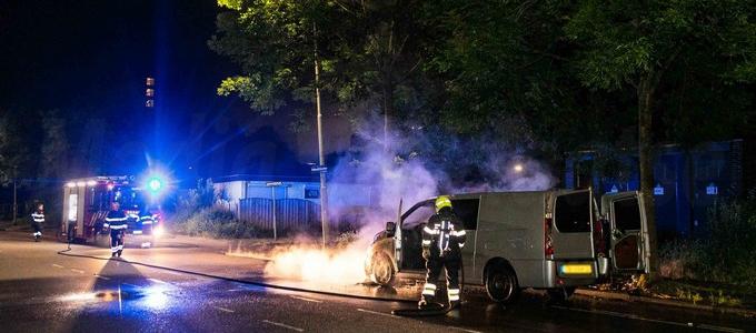 Een personenbusje is dinsdagnacht in brand gevlogen