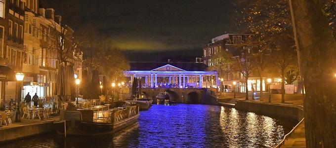 Koornbrug blauw aangelicht in Leiden