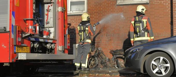 Brommer in brand in de Juliana van Stolberghof