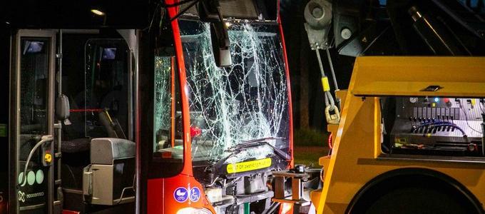 Bus zwaar beschadigd bij aanrijding in Hoofddorp