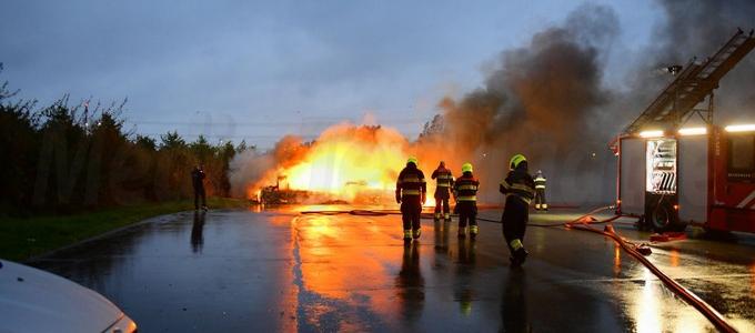 Caravan met pickup uitgebrand op het Paviljoenslaan