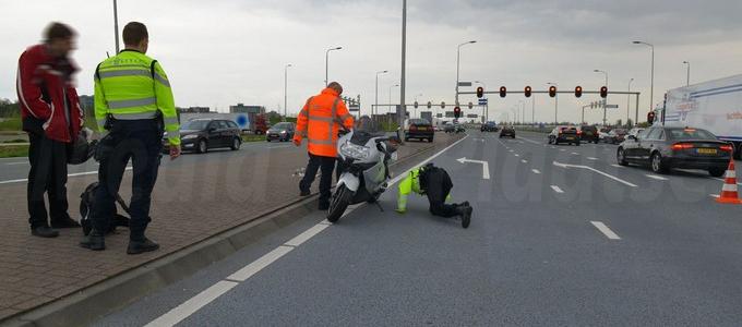 Motorrijder schrikt van auto en gaat onderuit op de N201