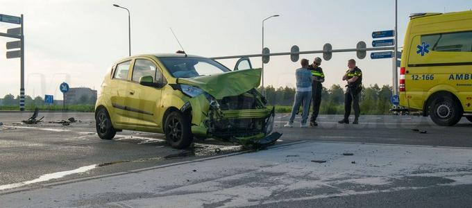 Flinke schade bij aanrijding tussen taxibusje en personenwagen