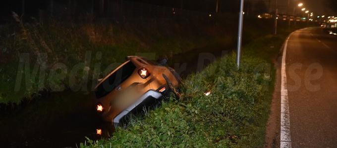 Auto in een bocht weggegleden
