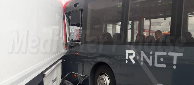 Lijnbus klapt op vrachtwagen