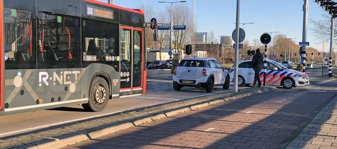 Passagier gelanceerd door noodstop bus