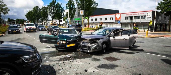 Veel schade bij botsing op Oudeweg Haarlem