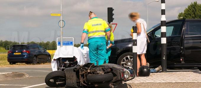 Scooterrijder gewond na aanrijding op de Spoorlaan