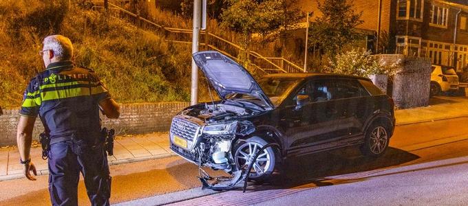 Drankrijder klapt tegen geparkeerde auto's