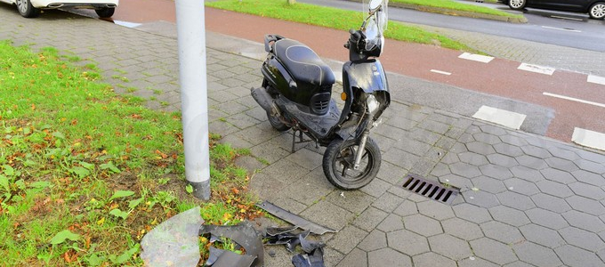 Scooterrijder licht gewond na botsing tegen wagen