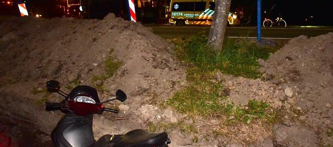 Motorscooter uit de bocht in Leiden