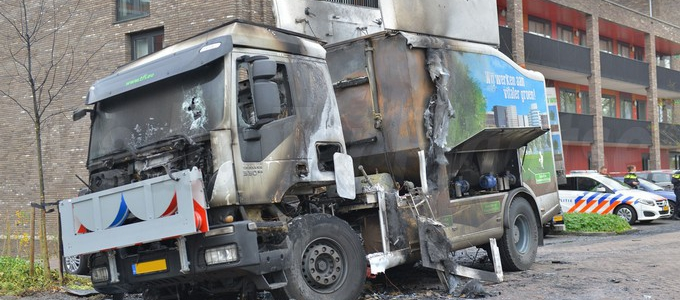 Vrachtwagen en drie personenwagens in de brand